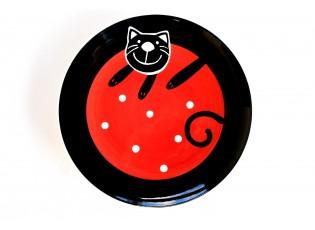 Červený mělký talíř veselá kočka
