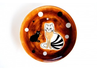 Hnědý mělký talíř sedící kočka